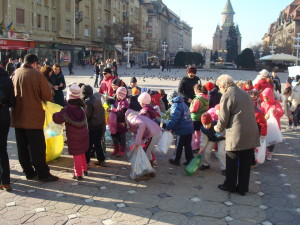 Copii aduc deseuri pentru Finala 2012, la Timisoara